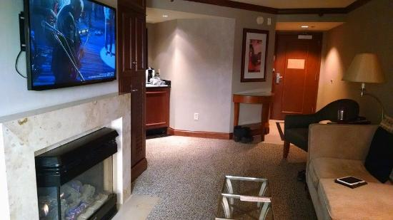 Ameristar Casino Hotel Council Bluffs: fireplace and couch