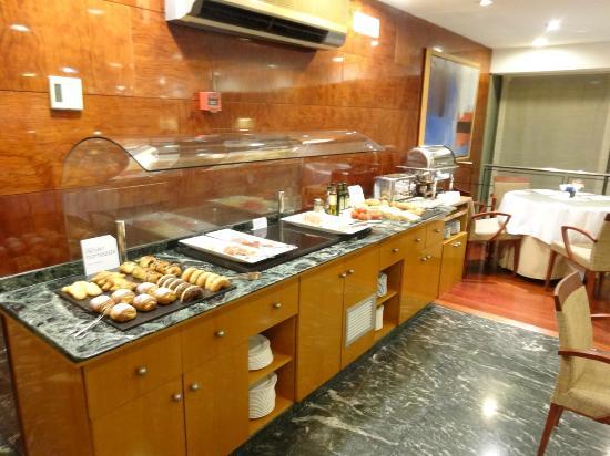 NH Barcelona Entenza: パンやハムなどのコーナー