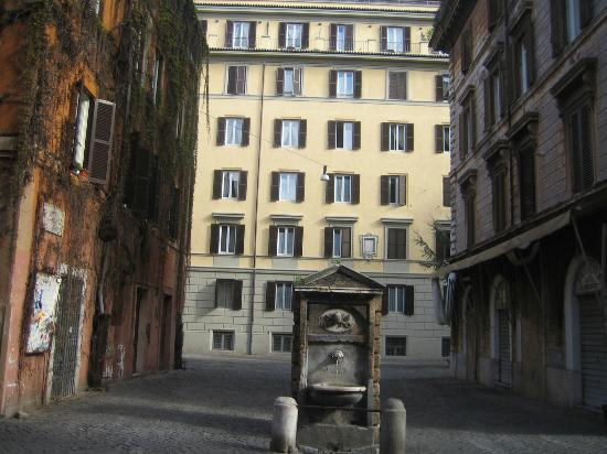 Trianon Borgo Pio Residence: Вид из окна в римский двор