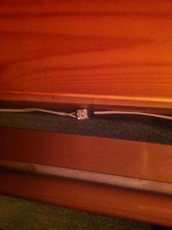 Alpadze Lou Kra: raccord électrique sous le lit