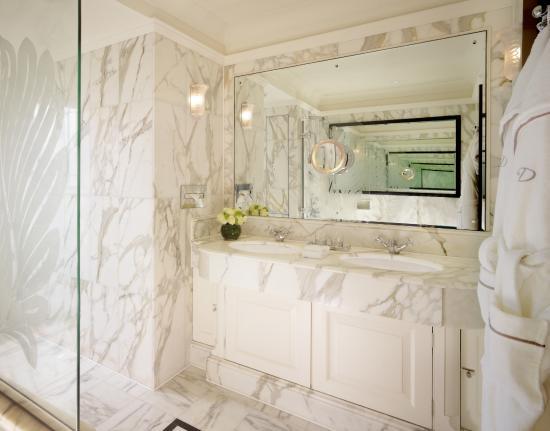 The Dorchester Deluxe Queen bathroom