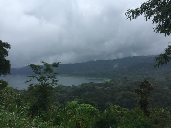 Terrasse du Lac Tamblingan Sari: The breathtaking view from the restaurant on a rainy day