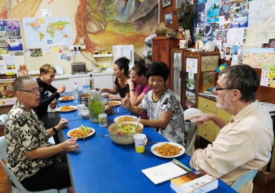Lucy  Homestay : Having dinner all together