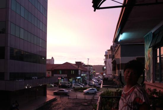 Lucy  Homestay : Sunset on the Balcony