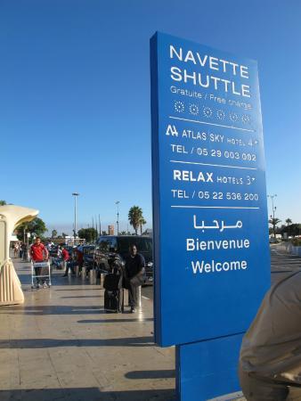 Hotel Relax Airport: Место стоянки автобуса в отель у выхода из аэропорта