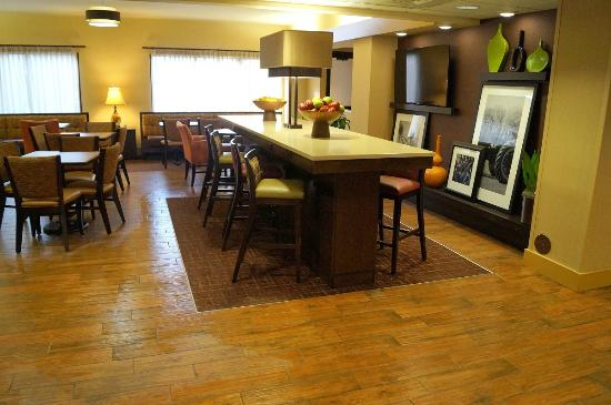 Hampton Inn Altoona: Lobby dining area