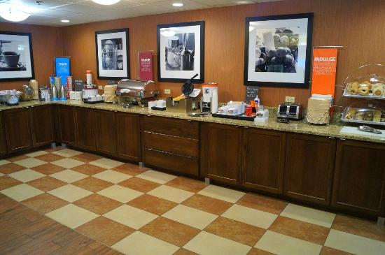 Hampton Inn Altoona: Free breakfast buffet