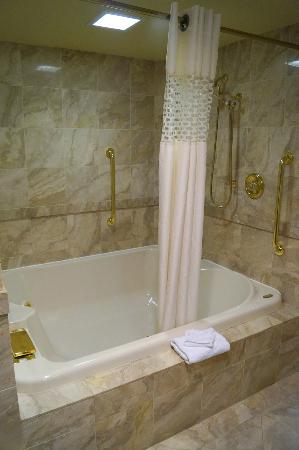 Hampton Inn Altoona: King suite whirlpool tub