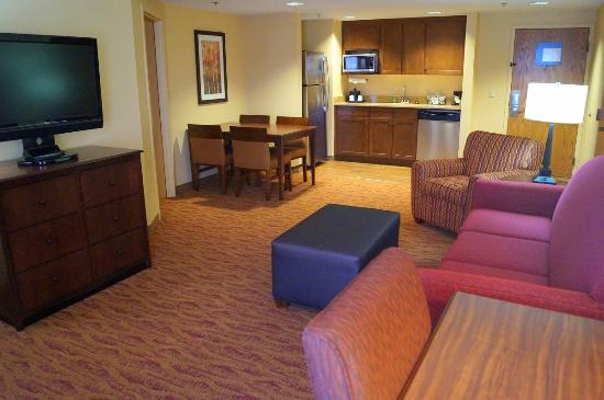 Hampton Inn Altoona: Suite living area with kitchenette