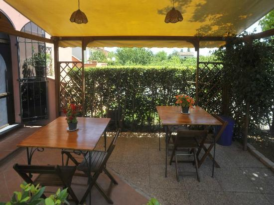 Alfieri Bed and Breakfast: Gazebo e tavolini