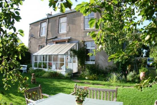Whitfield Farmhouse B&B: Whitfield farmhouse & garden