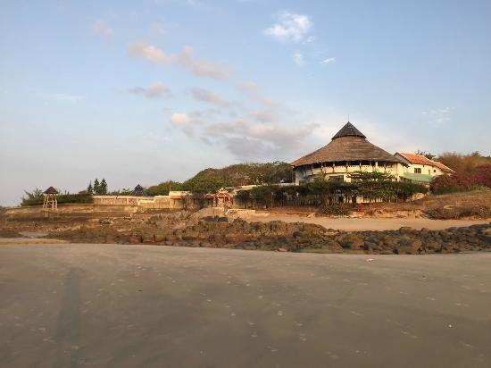 Long Hai Beach Resort: Vue du resort de la plage, le restaurant est rond