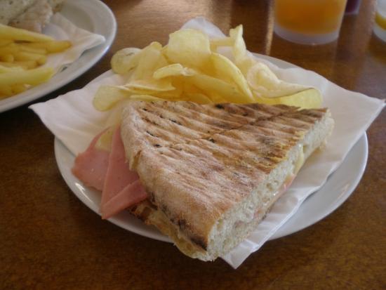 Vila Baleira Porto Santo: Bolo do caco - preparato al momento con pane tipo pizza tipico del posto. Compreso nel all-inclu