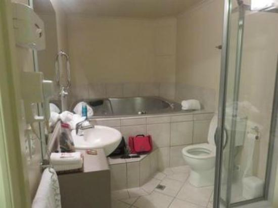 Tuscany Villas Whakatane: A super hot tub in the bathroom!!