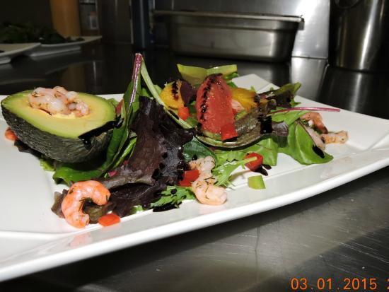 Al Casot de la Farga : Salade de jeunes pousses et ses agrumes, accompagnées d'avocat-crevette