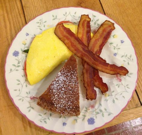 Warwick Valley Bed and Breakfast: Omelet, oven baked pancakes and yummy bacon:)