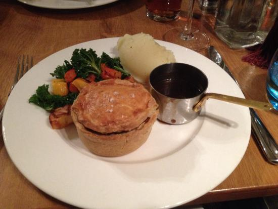 The Swan Hotel Restaurant: Our favourite place for steak and ale pie... With delicious veg and that essential extra gravy!