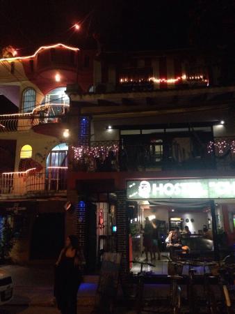 Hostel Che: Visto desde afuera a la noche