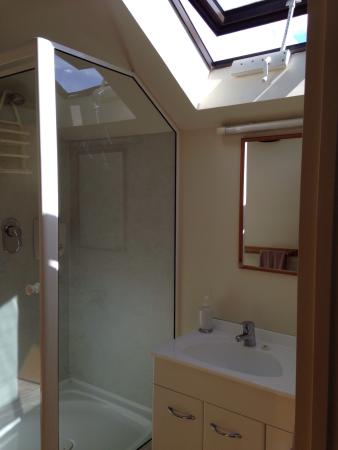 Arrow Motel Apartments: Bathroom on 1 bedroom with great skylights.  Easy to keep cool on hot days.