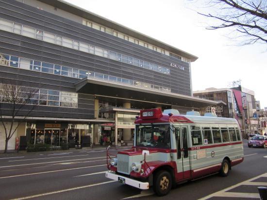 Ikiikitei: 近江町市場外観と金沢周遊バス