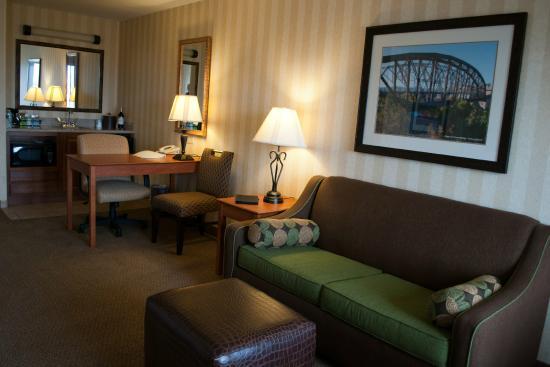 Hampton Inn & Suites Yuma : Comfortable seating, desk area, kitchenette