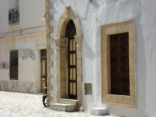 Bunte Türen gibt es in Mahdias Medina en masse - Bild von Mahdia\'s ...