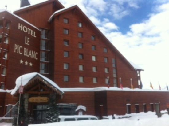 Hôtel Le Pic Blanc : North side entrance facing ski area
