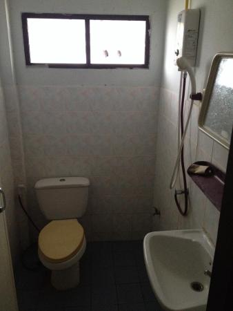 Seagate Beach Resort: Salle de bain, miroir sale toilettes idem