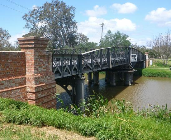 ‪La Trobe Swing Bridge‬