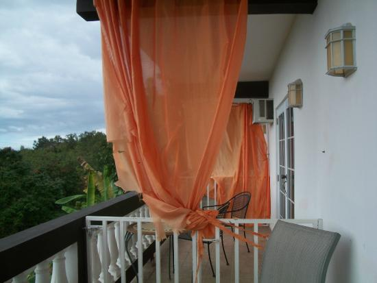 Casa Vista Del Mar Inn: balcony with torn curtain separating