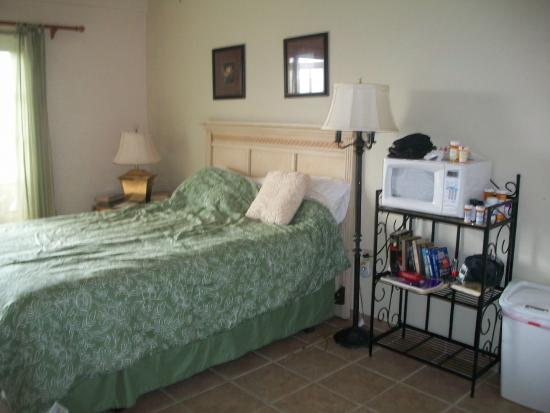 Casa Vista Del Mar Inn: bed next to the microwave table