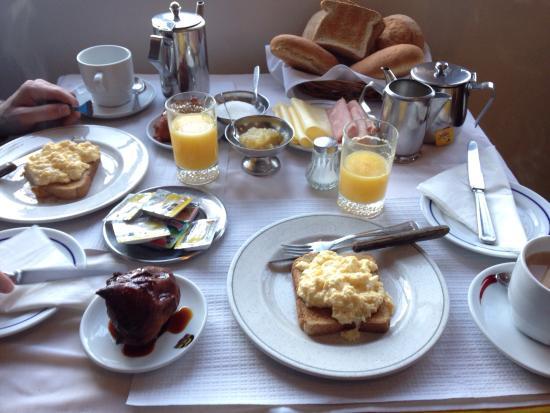 Vila Teresinha  Guest House: 朝ごはんは手作りで、1人1人ちゃんとテーブルも用意してくれてて、暖かいパンと前日から仕込んだスイーツを出してくれます(*^^*)