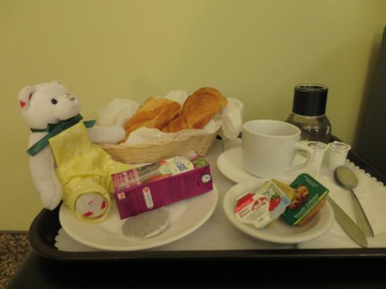 Hotel Le Saint Andre : 部屋に届けられた朝食です