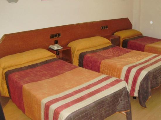 Hostal Cataluna: HABITACION TRIPLE