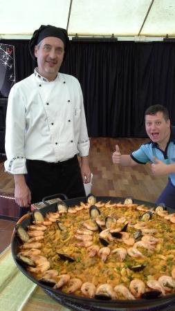 Hotel Coronas Playa: Demonstration of paella making