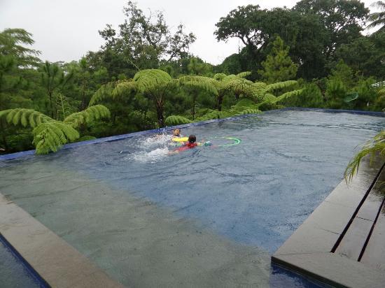 HOUSE Sangkuriang - Bandung: My children like to swim here