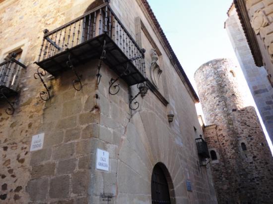 Old Town of Cáceres: Palacio de Carvajal S.XV con Torre árabe S.XII