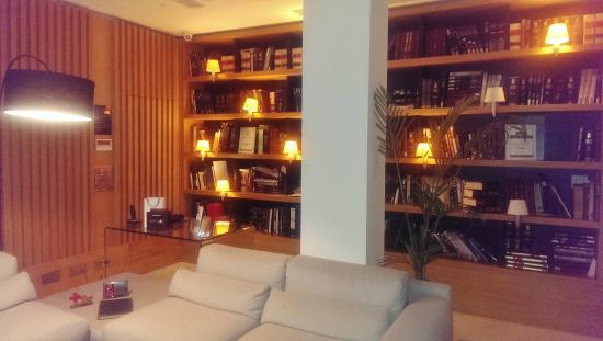 Aire Hotel & Ancient Baths : Salón con biblioteca en la entrada del hotel