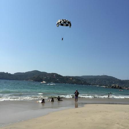 Playa la Ropa : Parasailing