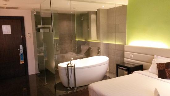 Tiong Bahru, Singapore: Glass-walled bathroom