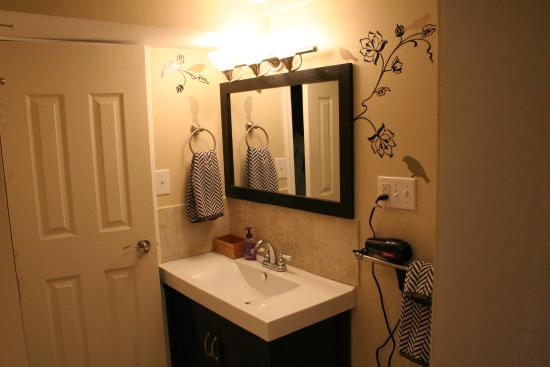 Dragon's Nest B&B: Sage Room Bath