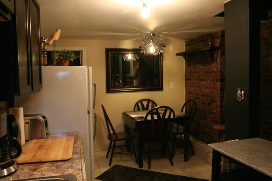 Dragon's Nest B&B: Lower Level Kitchenette/Dining area.