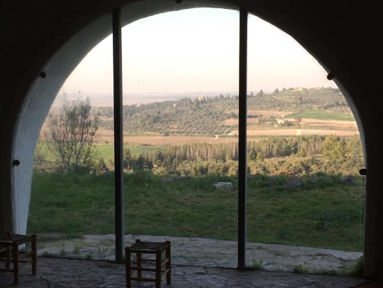 Wahat al-Salam Guest House and Conference Center: Blick aus der Hall of Silence zum Kloster Latrun