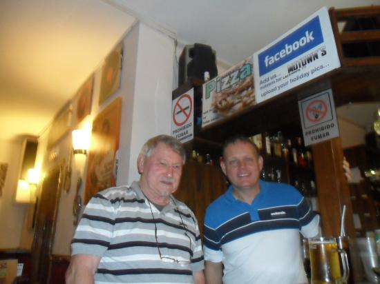 Motowns Bar: The boss is on the right!