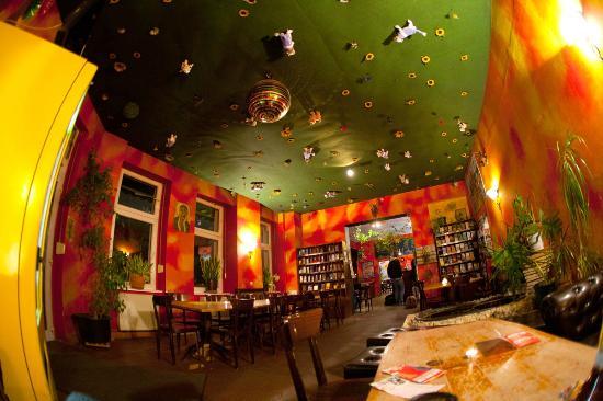Sunflower Hostel: Interior do Pub do Hostel
