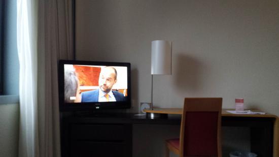 Novotel Grenoble Centre: Televisie en bureau