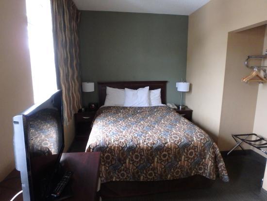 MainStay Suites : Queen bed