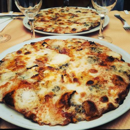 Delfino: Pizza 4 fromages (10€)