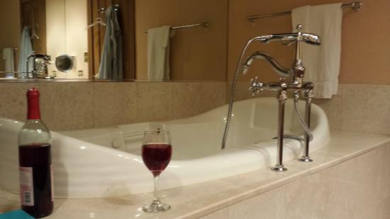 The Herrington Inn & Spa : Double, deep jacuzzi with arm and neck rests
