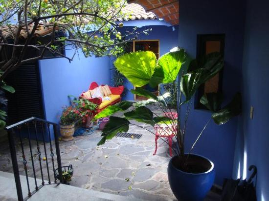 Estrellita's Bed & Breakfast: patio leading to rooms